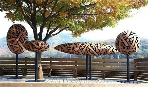 木头,钢铁和石头设计制作了这些大规模的有机雕塑