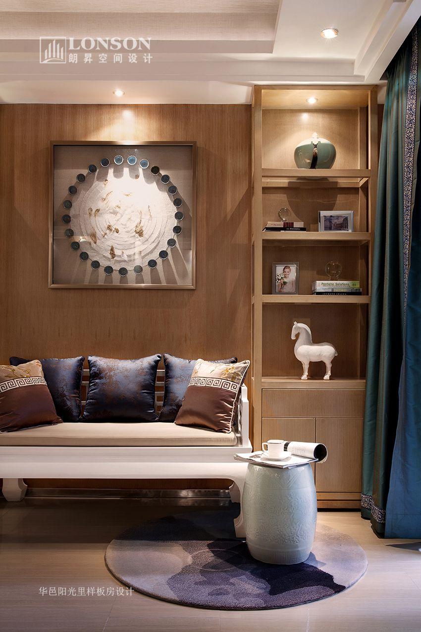 在现代的镜面,白色床头柜
