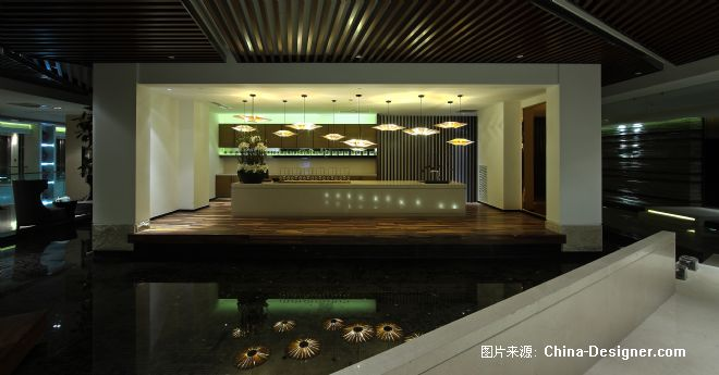 A、与同类竞争性物业相比,作品独有的设计策划、市场定位: 本案SPR会所是酒店的配套项目,设计师设计的主旨是在北方都市中营造一个抒情婉约的东南亚风情,运用当代的手法,产生空间的延续。 B、与同类竞争性物业相比,作品在环境风格上的设计创新点: 细腻柔和的空间呈现出如此协调的视觉感。柔和的音乐,帷幔随风飘动,不知不觉中我们已身临其境。 C、与同类竞争性物业相比,作品在空间布局上的设计创新点: 一步入会所便立刻让人感受到一股清新,舒缓的空气弥漫在四周。设计的格调、柔和的灯光、木色的主调、木纹雕刻的门、以及对色彩