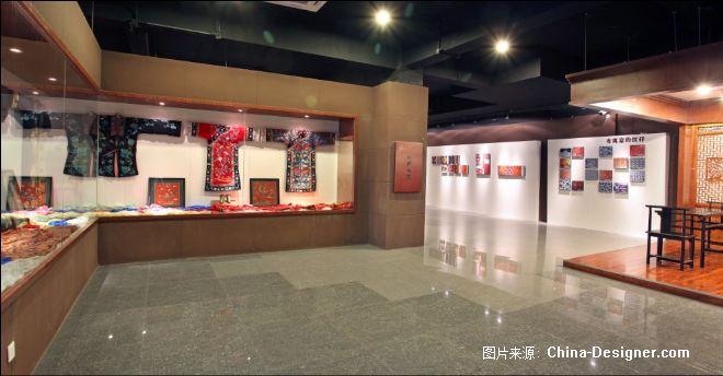 此項目是一個關于絲綢歷史的博物館,它的設計初衷,就是要把巴蜀傳統絲綢文化和現代設計風格相融合,在有限的空間內將絲綢文化燦爛多姿的民族風情無限演繹,雖然整個展廳空間比較寬敞通透,但在設計師巧妙的創意布局之下變得飽滿充實,色彩亮麗的織女做工圖版畫屏風,造型逼真的中式仿古桑蠶采集間,星羅密布如絲線交錯的挑高吊頂,一縷縷紅色絲線和木質結構組合而成的傳統織絲工具也被架構到了空中,花紋復古神秘的仿古磚拼貼出歷史的印記,還有那極富創意的現代工藝為骨、古風神韻為魂的織女造型雕塑,都讓這本身只是展示功能的空間變得充滿神韻,