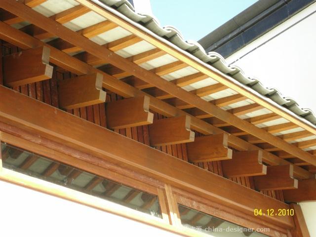 木结构,马头墙,小青瓦。背倚黄山,俯视太平湖,云蒸霞蔚,时而如泼墨重彩,时而如淡抹写意,恰似山水长卷,融自然景观和人文景观为一体。 描绘的是落成后的黄山太平湖高尔夫学院与会所木结构工程,古典徽派建筑风格与现代木结构技术的完美结合。木结构建筑总高度达到9米,本工程采用柳桉锯材,四面磨砂抛光,钢木混合材料梁柱结构承受竖向荷载,四周设置砖砌抗风墙。在空间结构和利用上,造型丰富,讲究韵律美,曲线木构件做工精细。在建筑雕刻艺术的综合运用上,融石雕、木雕、砖雕为一体,显得富丽堂皇。项目:黄山高尔夫学院地点:安徽省黄山