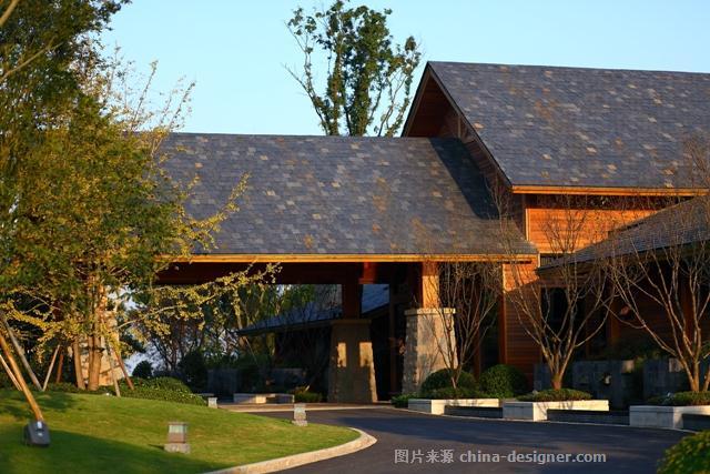 重庆铁山坪是一个空气清新、拥有大片森林植被的休闲地点,为了与当地的环境特点保持一致,设计师选择了木质建筑。相对于山上其他由钢筋混凝土构成的仿木结构,会所显得与周围环境更为和谐统一。会所首层为半地下室混凝土结构,主要为配套用房;二层则是全木质结构,外挂(红雪松)墙面板,屋面饰以青黑色石瓦。会所位于山丘的中部,入口设置在靠近树林的一侧,背后则是一片山坡。沿着上山的公路一直向前,很显眼的就能看到会所静静伫立在路旁,秀丽端庄、错落有致的外观让来者眼前一亮。