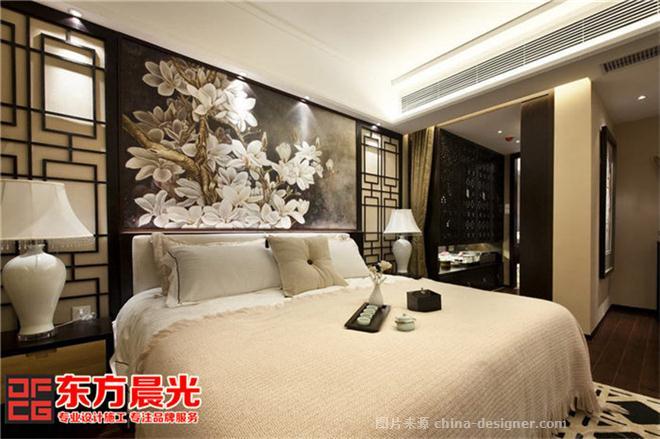 现代社会越来越多的人追求自然、和谐、随意、舒适、宁和、高洁的生活品质,东方晨光的设计师凭借十年的中式装修设计经验,并通过对生活的领悟和感知,在进行现代风格的别墅装修设计时,融入中式装修设计的技法,是整个别墅首要的便体现出家的温馨之感,随便哪个房间,甚至哪个角落都可以坐下来倍感轻松自在和休闲舒适,卸下负担,不存在任何的心理负荷,享受身心的惬意安然。其次整个现代别墅中式装修设计采用米白色调,在视觉上给人以舒适明亮之感,整体的布局上也倍显干净整洁,每一件装饰,每一个摆设,都精挑细选组合成恬淡花明般的意境。 现代