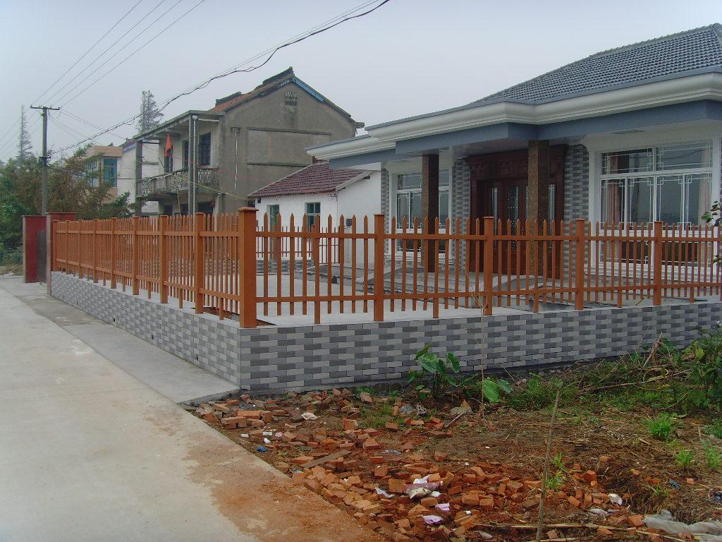 1、围栏型材系列是公司的主打产品,包括大小立柱、各种尺寸横栏和隔条以及配套的立柱底座和顶帽,已经形成完整的栏护体系。长力塑木可用于制作各种围栏、护栏、栏杆、栅栏、隔墙等,可设计性强,富于变化,组装容易,安全系数高,能广泛应用于堤岸拦护、栈桥、人行天桥、公园景点分割、花园小区围护等,不怕风吹雨打,历久弥新。
